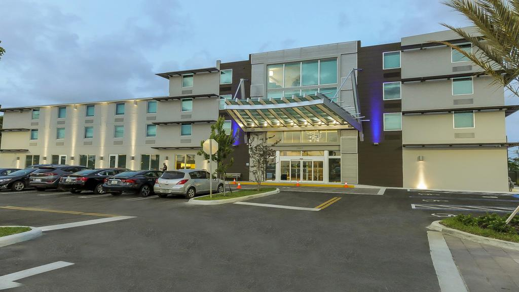 Holiday Inn Express and Suites Miami Airport East