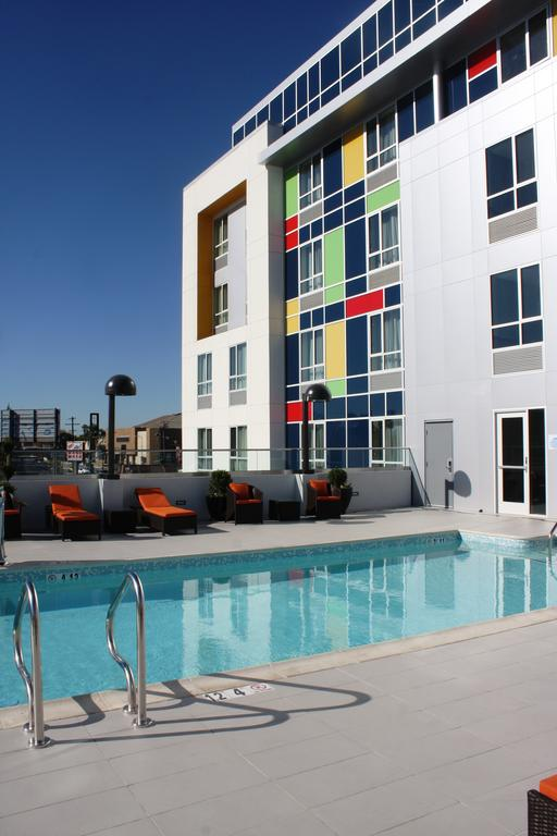 Holiday Inn Express and Suites North Hollywood