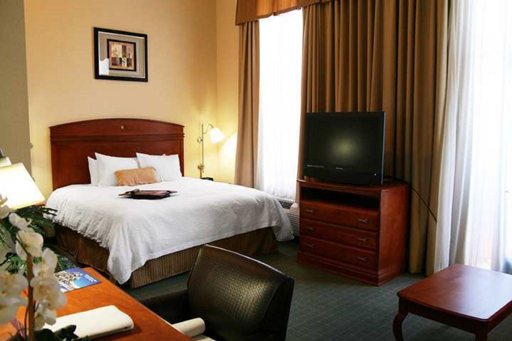Hampton Inn and Suites Los Angeles-Van Nuys - CA